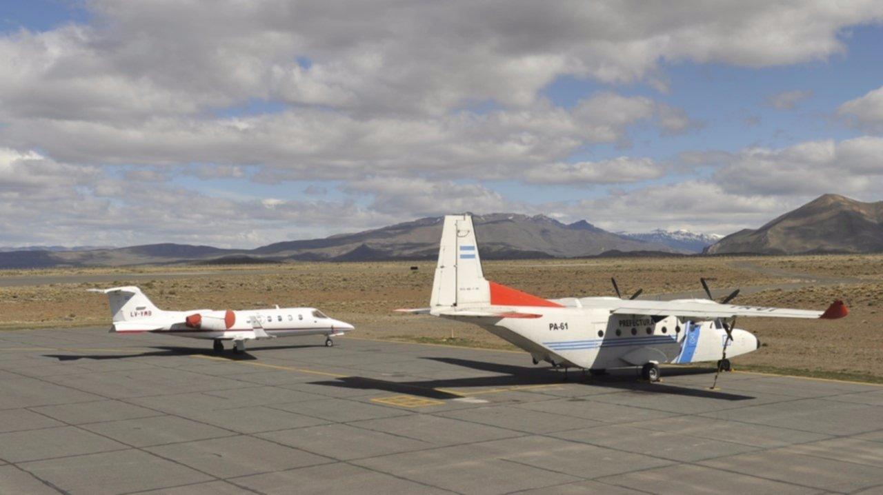 Un avión turbo hélice de la Prefectura Argentina se encuentra estacionado en el aeropuerto de Esquel durante la tarde del miércoles 18 de Octubre de 2017, a la espera del posible traslado hacia Buenos Aires del cuerpo que fue hallado en el río Chubut. (Foto: Maxi Failla )