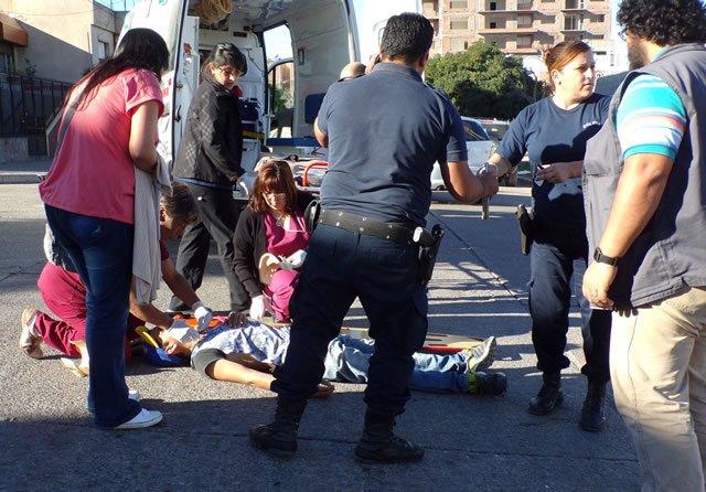 Matrimonio Por Accidente : Joven matrimonio y el bebé caen de una moto por no chocar